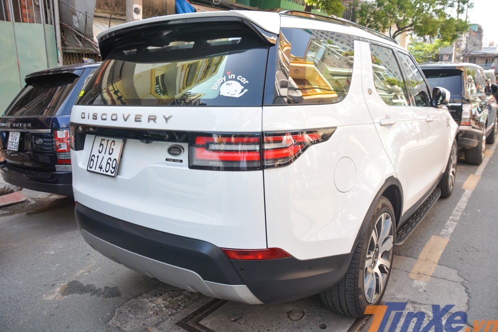 Một chiếc Land Rover Discovery 2018 xuất hiện trong đoàn xe đưa dâu của con gái Minh Nhựa có giá bán chính hãng lên đến hơn 4 tỷ đồng