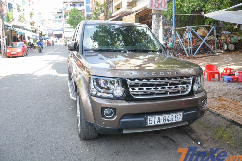 Một chiếc Land Rover Discovery thế hệ cũ