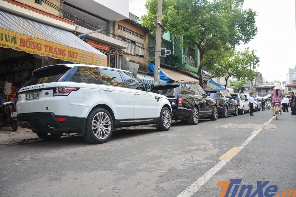 Từ 6 giờ 15 sáng ngày 8/9, một số xe Range Rover tham dự vào buổi rước dâu con gái Minh Nhựa đã xuất hiện tại con đường Nguyễn Xuân Phụng, quận 6