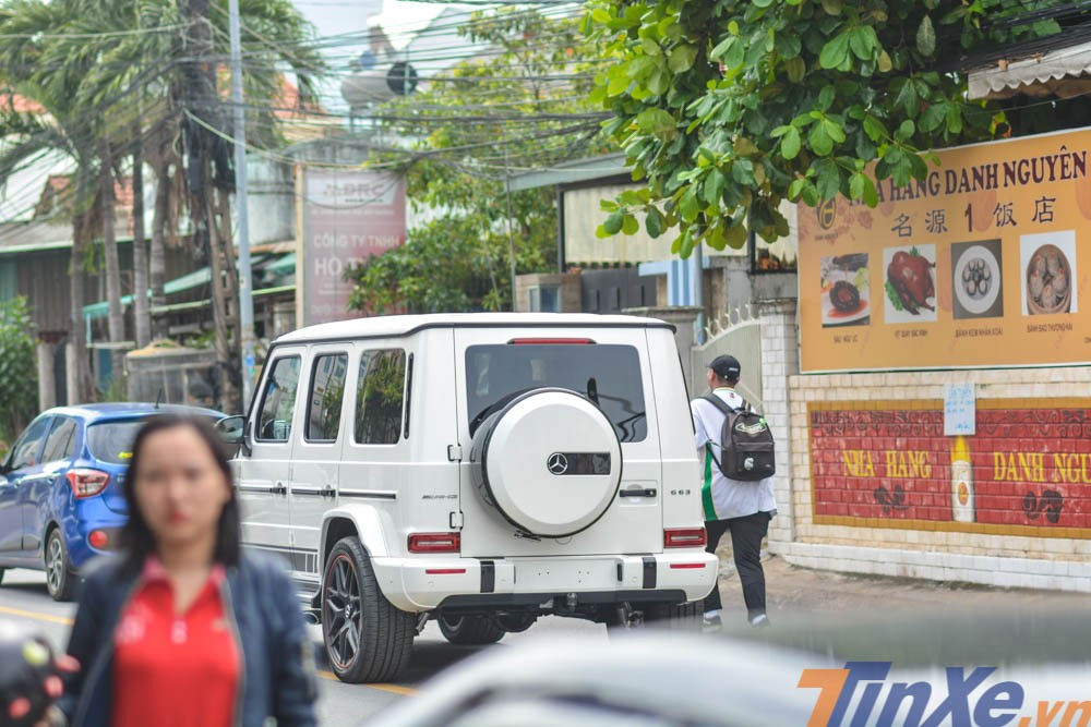 Việc doanh nhân Bình Dương tậu ông vua địa hình Mercedes-AMG G63 Edition 1 màu trắng đã gây sự chú ý với giới mê xe