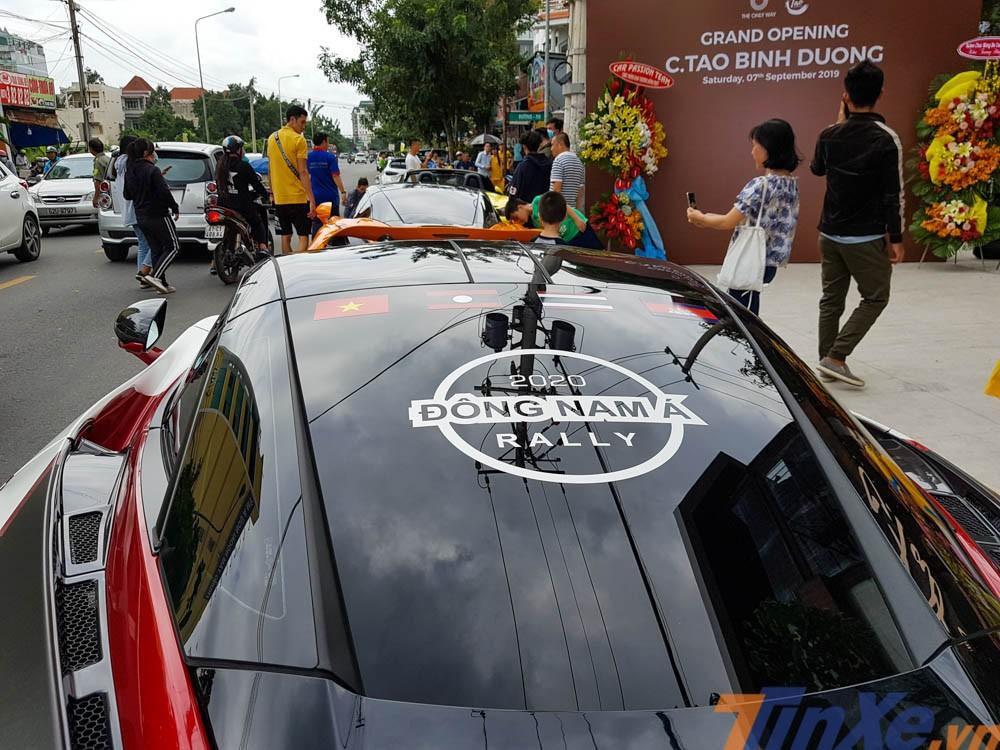 Tấm kính chắn gió phía sau xe còn có logo Đông Nam Á Rally và Quốc kỳ của 4 nước Đông Nam Á mà đoàn Car Passion sẽ phải chinh phục vào tháng 10 năm sau