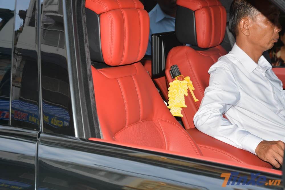 Nội thất chiếc SUV hạng sang Range Rover Autobiography LWB đời 2018 của Minh Nhựa có màu đỏ rất nổi bật và ấn tượng