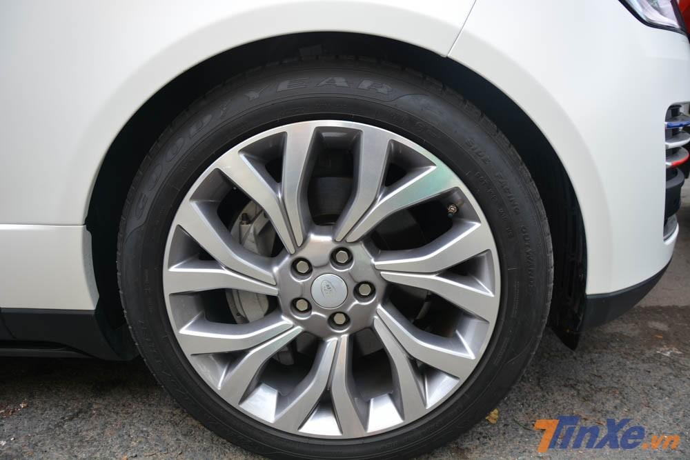 SUV hạng sang Range Rover Autobiography LWB đời 2018 được trang bị bộ mâm đa chấu kép.