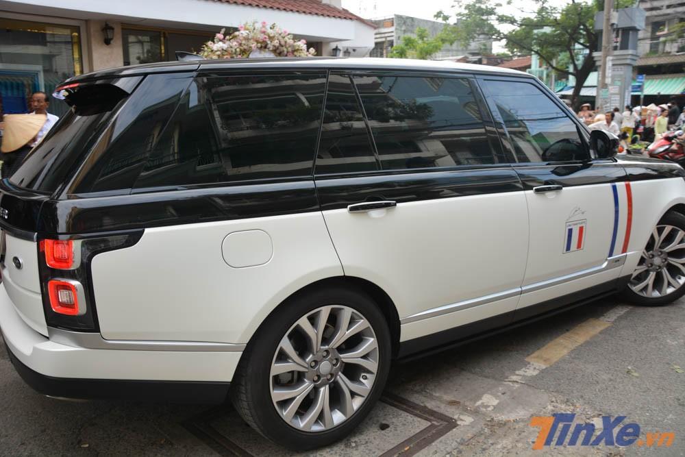 Ngoại thất của xe nguyên bản màu đen, sau đó, Minh Nhựa đã đem đi dán lại nửa thân dưới của chiếc SUV hạng sang Range Rover Autobiography LWB đời 2018 sang màu trắng