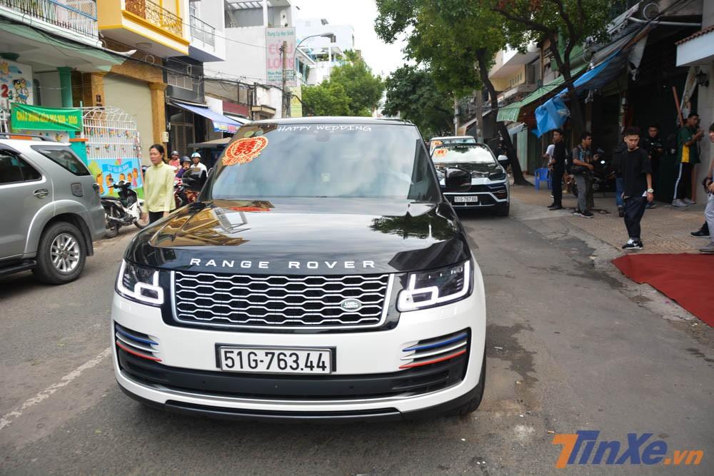 Buổi rước dâu con gái Minh Nhựa đã gây choáng cộng đồng mạng khi ông bố chơi siêu xe nổi tiếng đã mượn bạn bè hơn 9 chiếc SUV hạng sang Range Rover kết hợp cùng dàn xe khủng của gia đình mình để làm xe đưa dâu