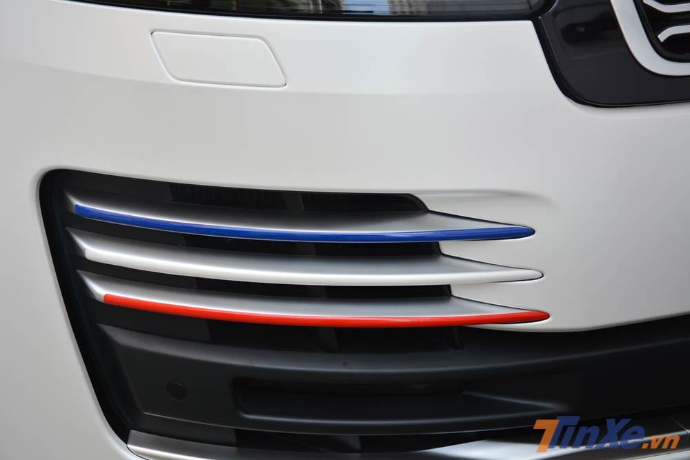 chiếc SUV hạng sang Range Rover Autobiography LWB đời 2018 của Minh Nhựa còn được trang trí thêm phong cách chơi xe riêng của doanh nhân 8X này như sọc 3 màu xanh dương, trắng và đỏ ở các thanh hốc gió phía trước