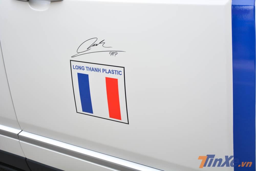 Bên hông xe vẫn là logo của công ty gia đình Minh Nhựa kèm thêm chữ ký của chủ nhân chiếc Range Rover Autobiography LWB đời 2018 này