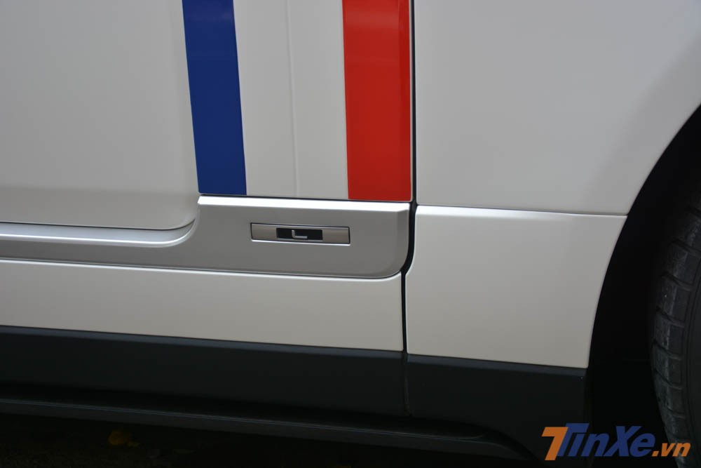 Việc sở hữu chiếc Range Rover Autobiography LWB đời 2018, đồng nghĩa mẫu xe SUV hạng sang của Minh Nhựa có hàng ghế sau cực kỳ rộng rãi khi có thêm 186 mm chiều dài để chân