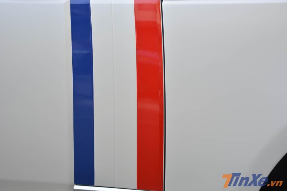 Ngoài ra còn có sọc 3 màu tương tự Quốc kỳ của nước Pháp bên hông xe