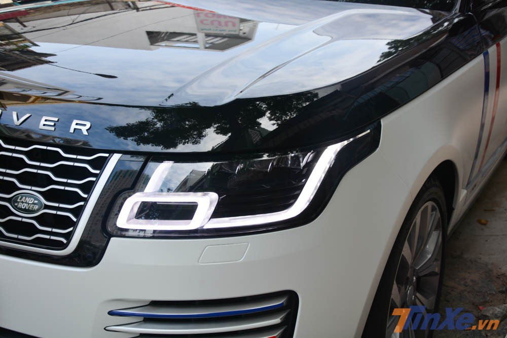 Ở ngoại hình, bản nâng cấp Range Rover Autobiography LWB đời 2018 của Minh Nhựa sở hữu đèn pha Pixel-Laser LED có chức năng tự điều chỉnh góc chiếu