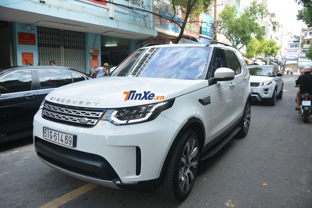Phía sau mẫu xe Land Rover Discovery 2018 là chiếc Range Rover Evoque