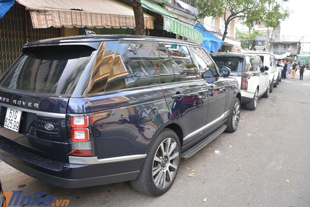 Góc ảnh này sẽ cho thấy sự khác nhau cơ bản của Range Rover đời cũ và Range Rover đời mới ở bộ đèn hậu phía sau của xe