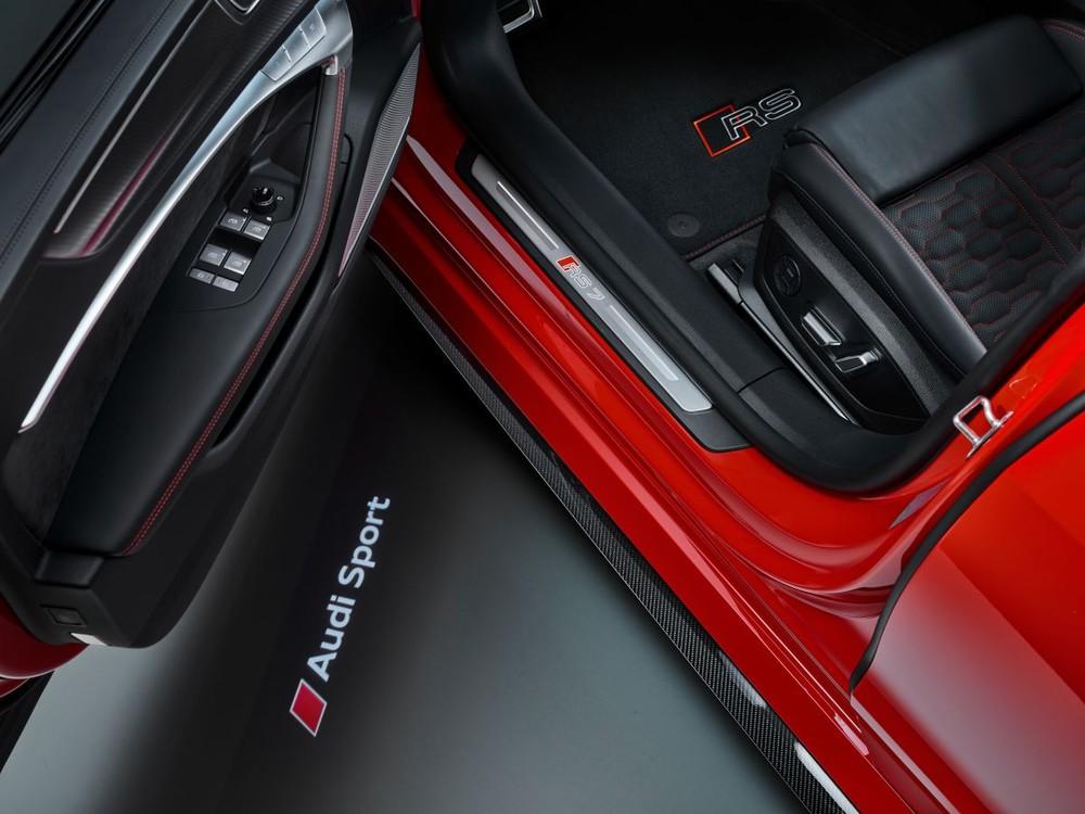 Trên xe có nhiều logo thể hiện dòng xe hiệu năng cao RS