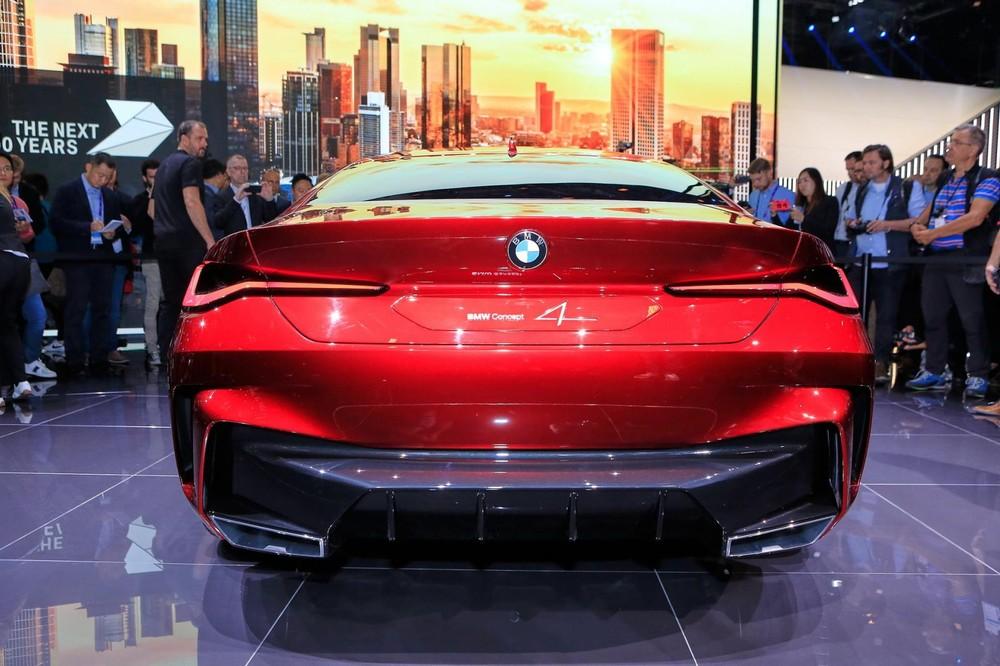 Phía sau của BMW Concept 4 trông đơn giản hơn hẳn phía trước