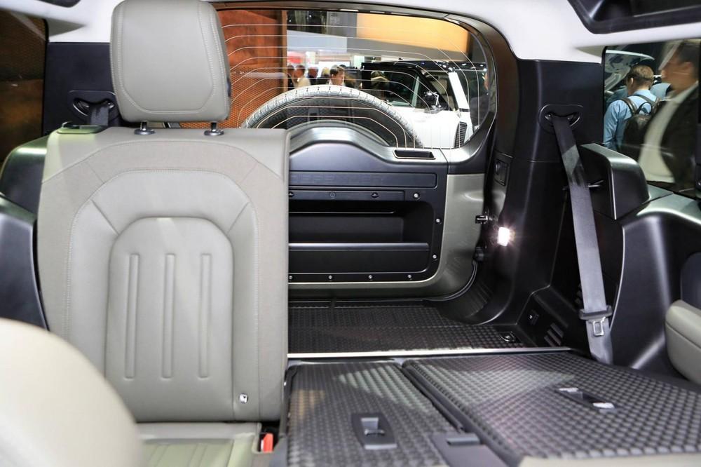 Land Rover Defender 2020 có cốp sau khá rộng rãi, đảm bảo tính thực dụng