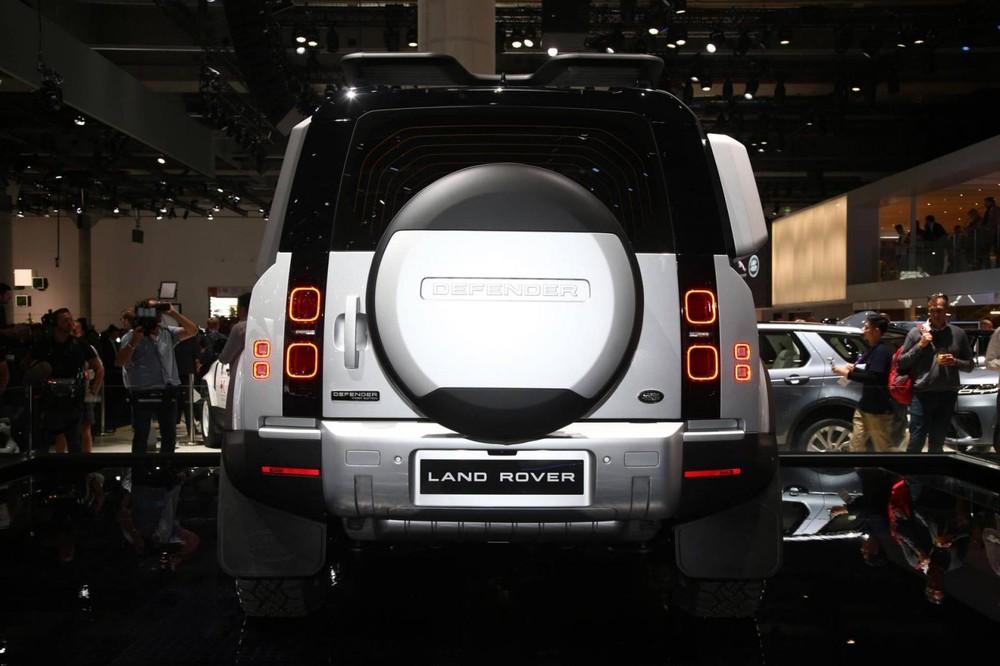 Land Rover Defender 2020 được trang bị đèn hậu nằm dọc lạ mắt