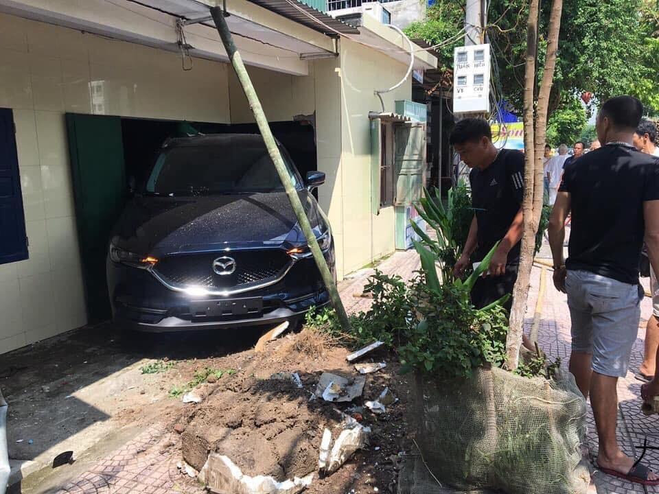 Chiếc Mazda CX-5 đã làm vỡ trụ nhà