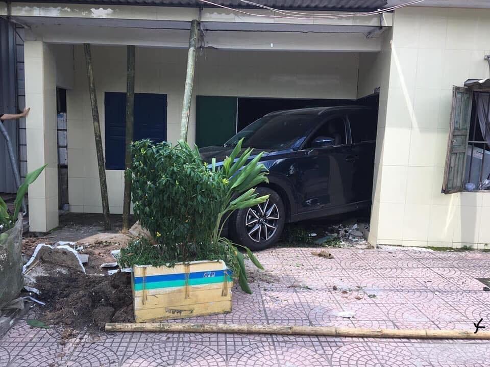Hiện trường vụ Mazda CX-5 lùi vào nhà dân bên đường