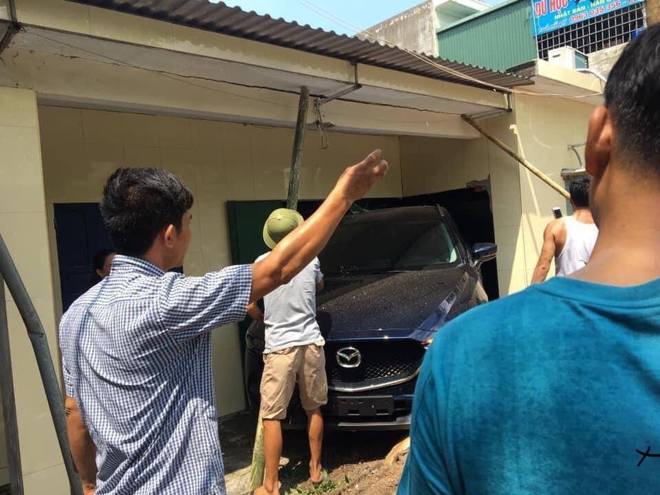 Người dân lấy cây gỗ để chống đỡ cho trần nhà