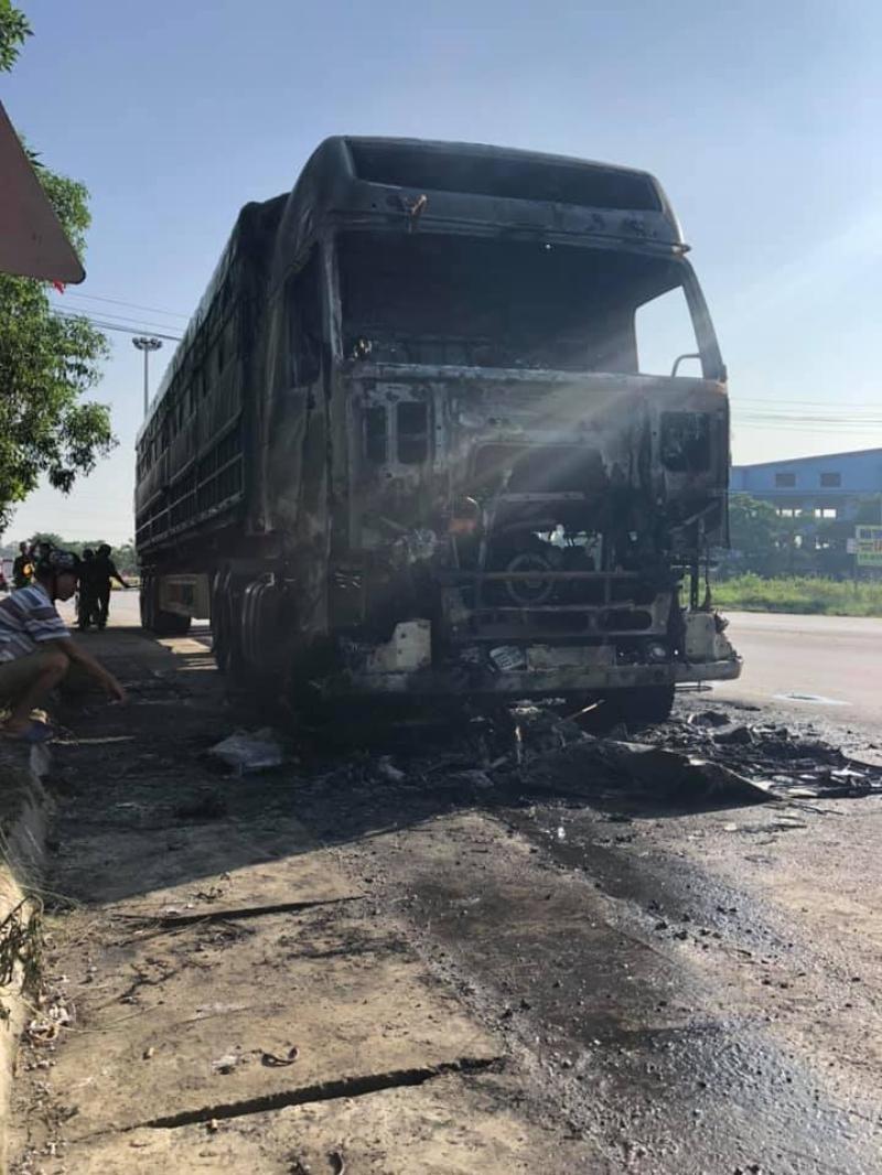 Chiếc xe container bị cháy trơ khung phần đầu kéo