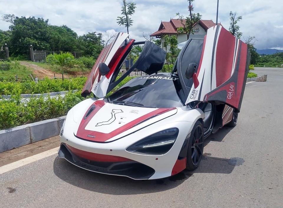 Sau đó siêu xe McLaren 720S tiếp tục di chuyển và mượn đường Thái Lan để chạy sang thủ đô Viêng Chăn, Lào