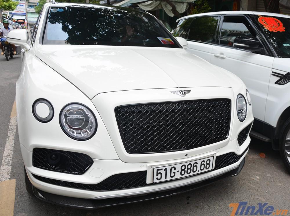 Mẫu xe này chính là Bentley Bentayga, chiếc SUV đắt nhất Việt Nam hiện nay