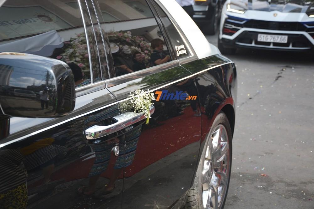 Chiếc xe hoa Rolls-Royce Ghost được trang trí đơn giản để làm xe đưa dâu cho con gái Minh Nhựa
