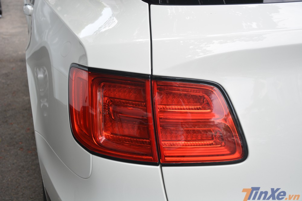 Đèn hậu của Bentley Bentayga First Edition thiết kế cách điệu theo hình chữ B, cũng là logo chính thức của hãng xe siêu sang Bentley