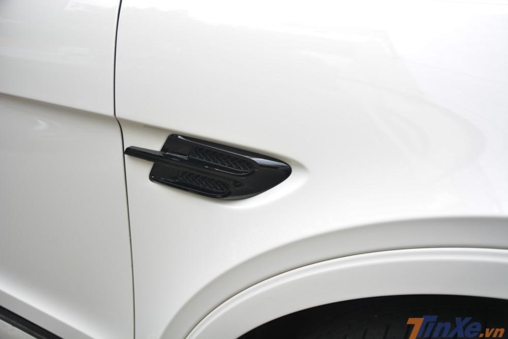 Tương tự là hốc gió bên hông cùng đôi cánh của Bentley Bentayga First Edition cũng được sơn lại thành màu đen
