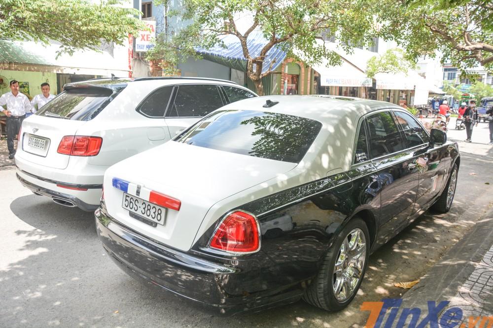 Chiếc Rolls-Royce Ghost đã được cho thay áo sang hai màu là trắng và đen
