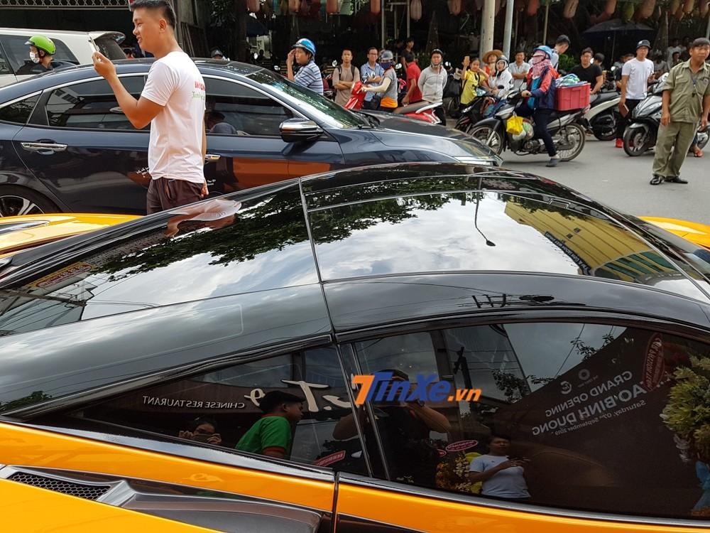 Phần mui xe sơn màu đen tạo tính tương phản cho bộ áo cam McLaren của xe