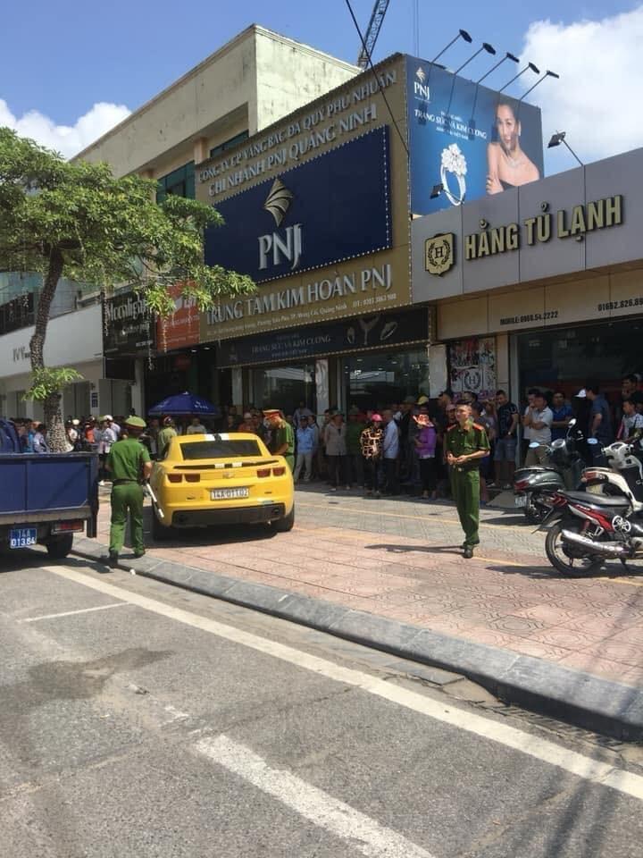 Chiếc xe bỏ chạy đến khu vực trước cửa tiệm kim hoàn PNJ thì dừng lại