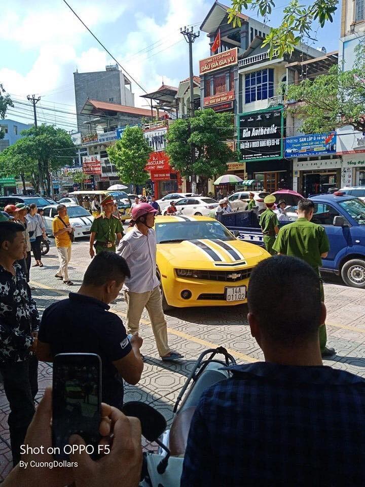 Chiếc xe bị bỏ lại trước cửa trung tâm kim hoàn PNJ Móng Cái