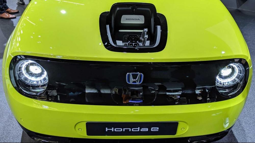 Cổng sạc tích hợp vào nắp capô của Honda e