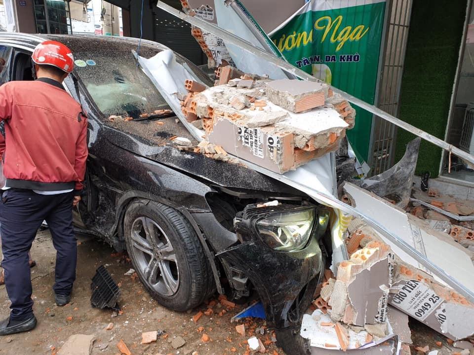 Chiếc Mercedes-Benz GLC bị hỏng nặng tại hiện trường vụ tai nạn