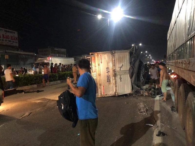 Theo một số nguồn tin, chiếc ô tô tải đã tông trúng đuôi một chiếc xe container nên bị lật