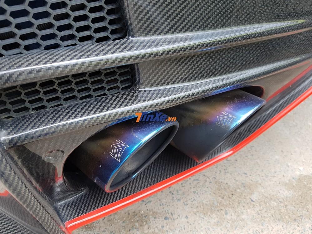 Nissan GT-R R35 gói độ body kit Nismo còn có ống xả độ của Armytrix