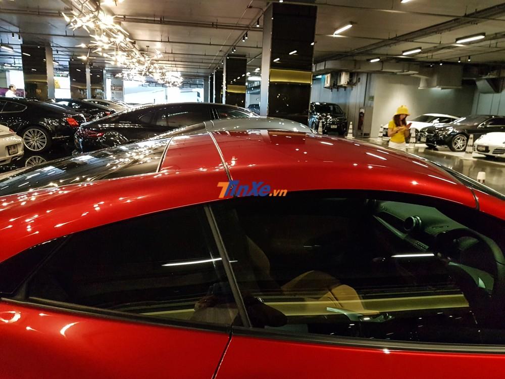 Mui xếp cứng của Ferrari Portofino hoàn toàn chỉnh điện, người lái chỉ thực hiện thao tác thông qua 1 nút bấm đặt bên trong khoang lái