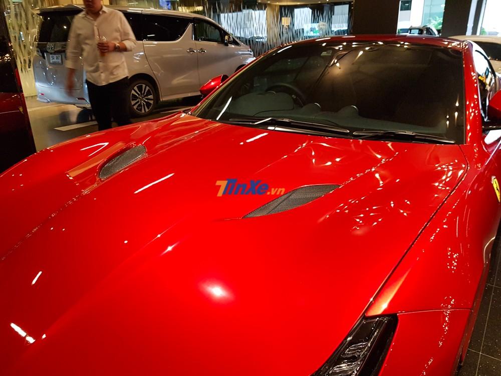 Siêu xe mui trần Ferrari Portofino được trang bị khối động cơ xăng V8, tăng áp kép, dung tích 3,9 lít giống với mẫu siêu xe GTC4Lusso T.