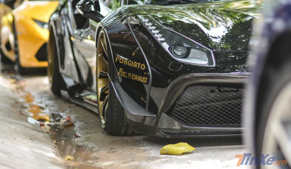 Những chiếc siêu xe mang gói độ Liberty Walk có những dấu hiệu nhận biết rất riêng biệt. Bên hông đầu xe xuất hiện hai vây cá bắng carbon cỡ lớn
