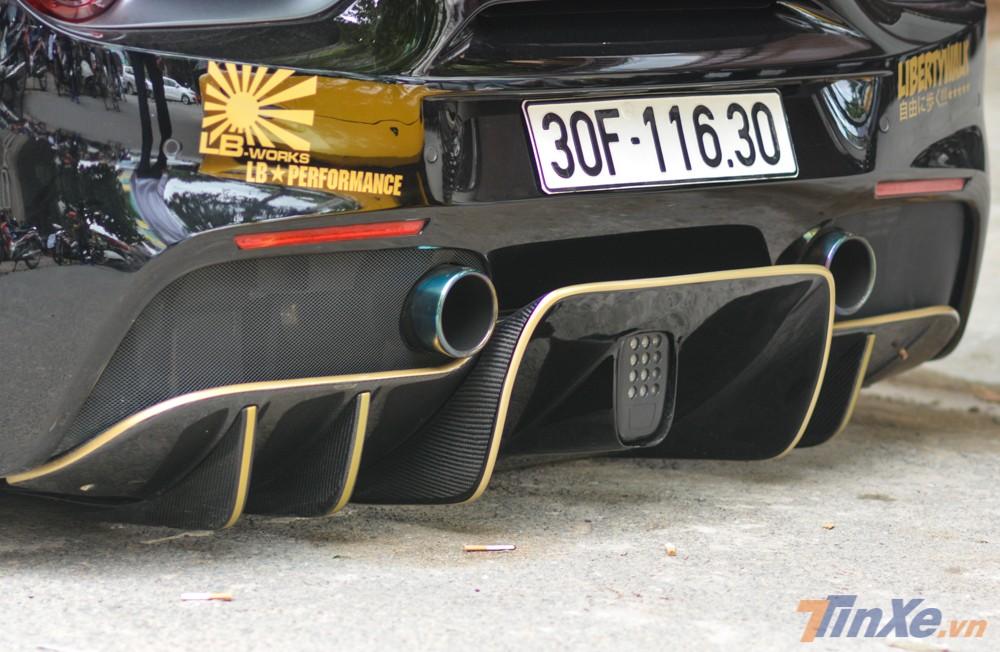 Bộ khuếch tán đuôi xe thiết kế thể thao hơn so với xe nguyên bản và sử dụng sợi carbon cùng các sọc màu vàng tạo điểm nhấn.