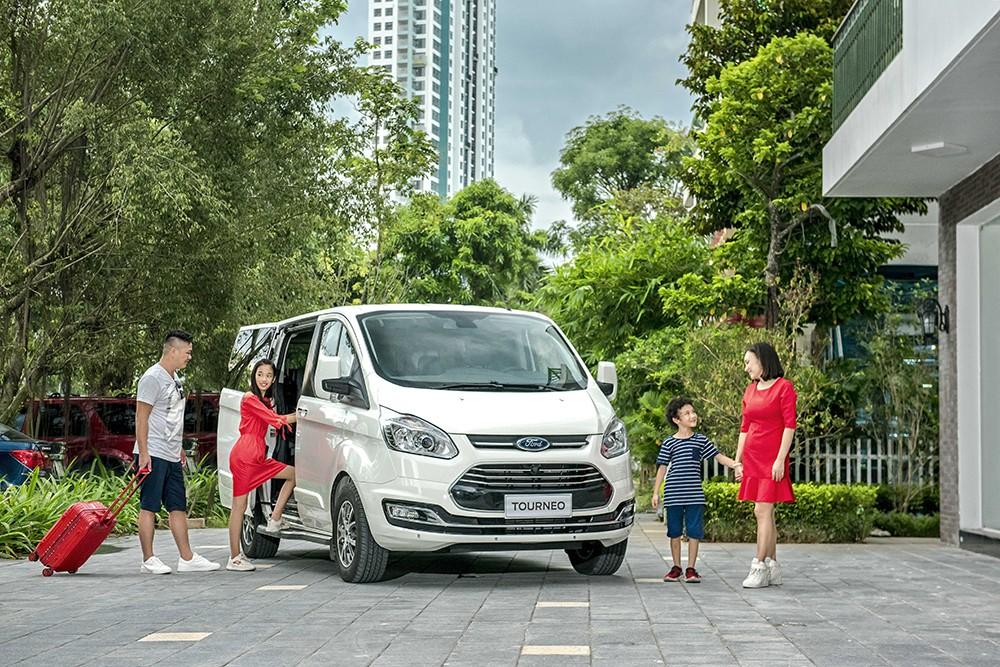 Ford Tourneo chính thức công bố giá bán 999 triệu đồng với phiên bản Trend và 1.069 triệu đồng với phiên bản Titanium.
