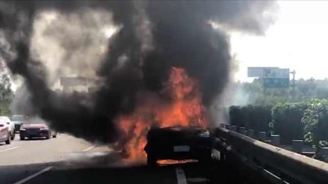 Hình ảnh chiếc SUV hạng sang của Porsche bốc cháy như ngọn đuốc trên cao tốc