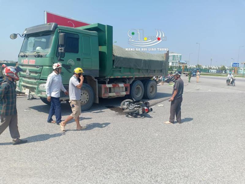 Chiếc xe máy chở đôi nam nữ bị hư hỏng sau vụ tai nạn