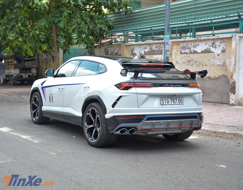 Siêu SUV Lamborghini Urus độ Mansory của Minh Nhựa nhìn từ phía sau
