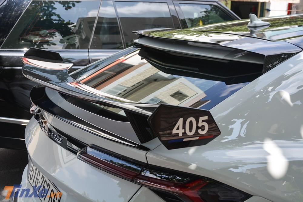 Chi tiết cánh gió đuôi carbon trên bản độ Lamborghini Urus Mansory của Minh Nhựa