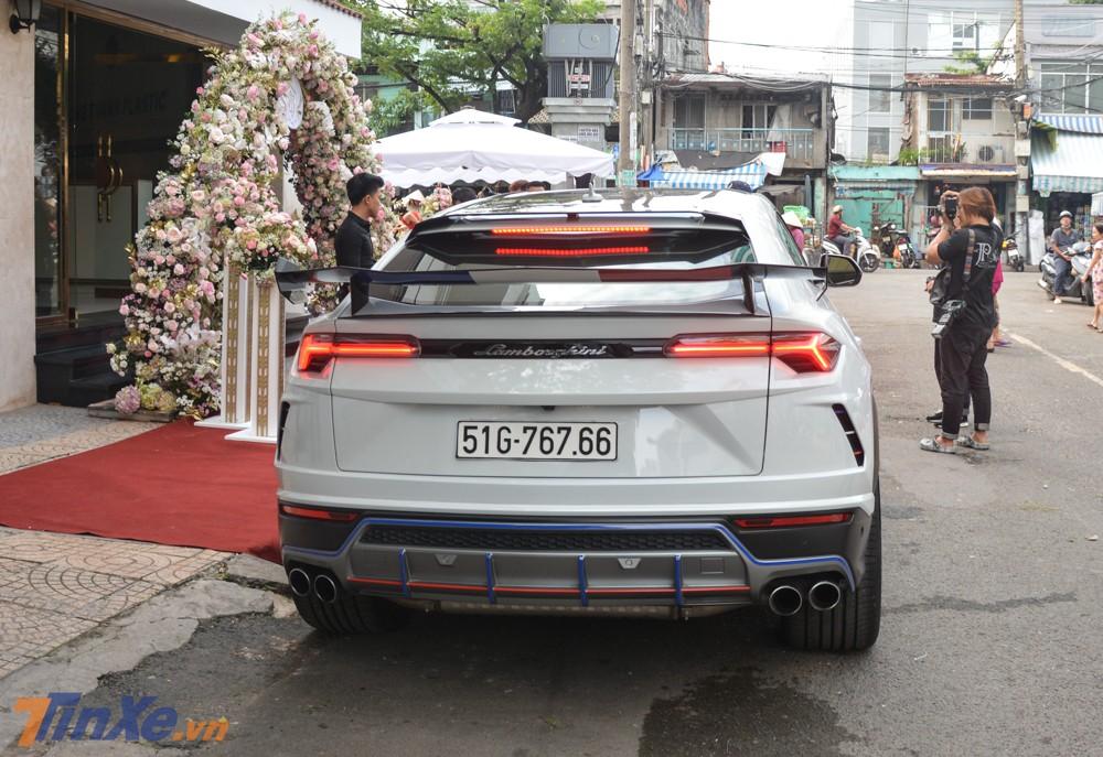 Đây cũng chính là chiếc xe đưa đón Minh Nhựa qua nhà con rể trong buổi rước dâu của con gái