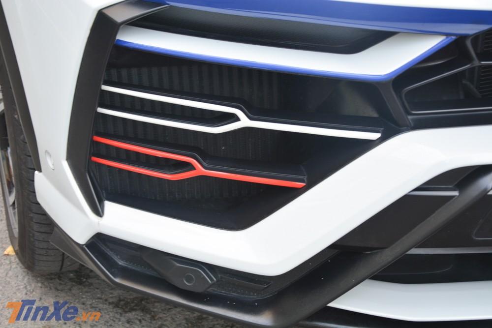 Hốc gió trước Lamborghini Urus của Minh Nhựa được trang trí thêm các sọc màu xanh dương, trắng và đỏ