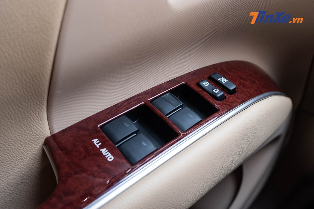 Bảng điều khiển bên tì tay trái của người lái khá cơ bản chỉ với các nút điều chỉnh cửa sổ điện