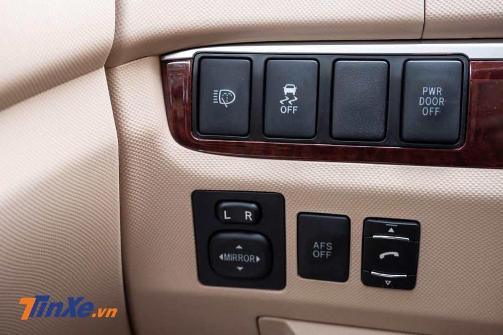 Bảng điều khiển ở phía đầu gối bên trái người lái gồm các nút tắt/bật hệ thống rửa đèn, cân bằng điện tử, cửa hông điện, đèn pha AFS, điều chỉnh gương điện và gọi điện thoại
